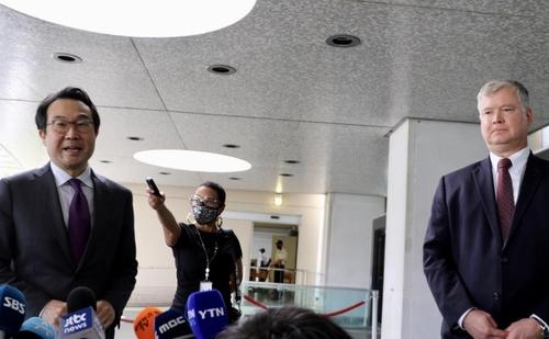 当地时间9月28日,在华盛顿美国国务院大楼,韩国外交部韩半岛和平交涉本部长李度勋(左)和美国国务院常务副国务卿兼对朝特别代表比根(右)举行会晤后共同会见记者。 韩联社