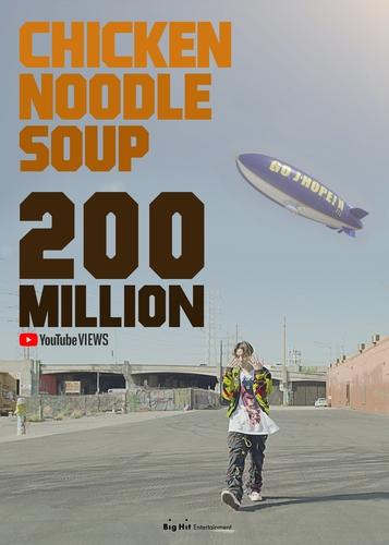资料图片:《鸡汤面》MV播放量破2亿。 Big Hit娱乐供图(图片严禁转载复制)