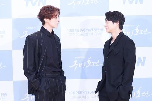资料图片:演员李栋旭(左)和金范 韩联社/tvN电视台供图(图片严禁转载复制)