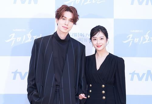 资料图片:演员李栋旭(左)和赵宝儿 韩联社/tvN电视台供图(图片严禁转载复制)