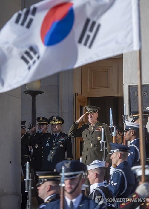 资料图片:当地时间2018年10月25日,在美国国防部大楼,韩美联参议长在举行军事委员会第43次会议前检阅仪仗队。 韩联社/美国参谋长联席会议主席(图片严禁转载复制)
