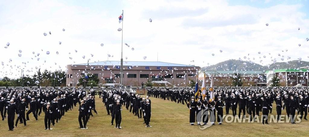 10月8日,海军教育司令部在庆尚南道昌原市镇海举行第669期海军新兵结业典礼。 韩联社/海军供图(图片严禁转载复制)