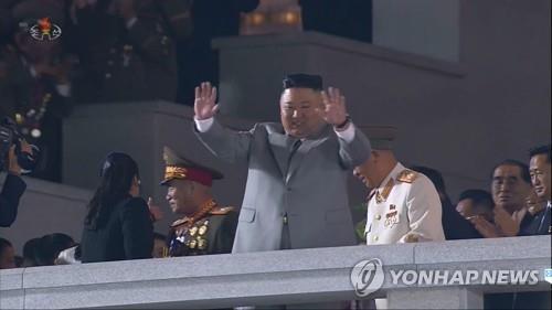 资料图片:10月10日,金正恩出席劳动党成立75周年阅兵式,并向群众挥手致意。 韩联社/朝鲜中央电视台画面截图(图片仅限韩国国内使用,严禁转载复制)
