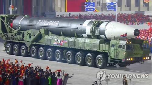 朝鲜阅兵式上公开新型弹道导弹展现军事实力