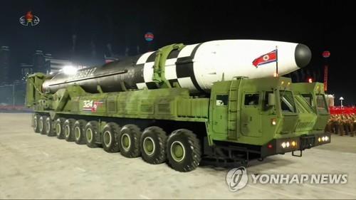 10月10日,朝鲜在劳动党成立75周年阅兵式上公开新型洲际弹道导弹。 韩联社/朝鲜中央电视台画面截图(图片仅限韩国国内使用,严禁转载复制)