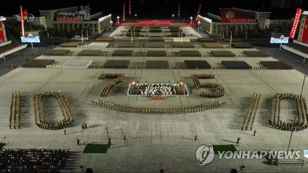 10月10日,朝鲜劳动党成立75周年阅兵仪式在金日成广场举行。图为人民军方队接受检阅。 韩联社/朝鲜中央电视台画面截图(图片仅限韩国国内使用,严禁转载复制)