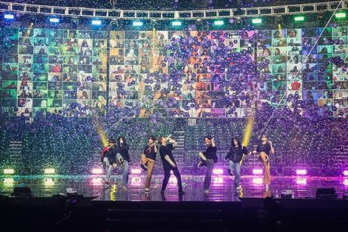"""防弹少年团线上直播演唱会""""BTS MAP OF THE SOUL ON:E""""现场照 韩联社/Big Hit娱乐供图(图片严禁转载复制)"""