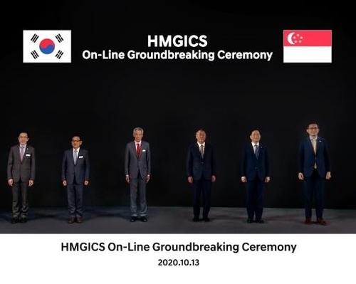 """现代汽车10月13日表示,旗下""""现代移动出行全球创新中心""""(HMGICS)开工仪式当天在新加坡和韩国两地举行。左起依次为新加坡经济发展局(EDB)主席马宣仁、韩国驻新加坡大使安泳集、新加坡总理李显龙、现代汽车集团首席副会长郑义宣、韩国产业通商资源部长官成允模、新加坡驻韩国大使张文喜。 韩联社/现代汽车集团供图(图片严禁转载复制)"""