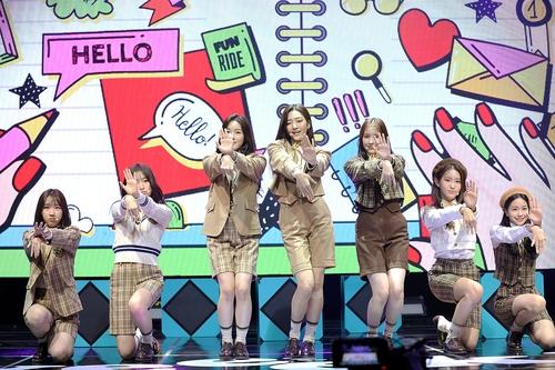 10月13日,女团Weeekly在线举行第二张迷你专辑《We can》抢听会。 韩联社/经纪公司供图(图片严禁转载复制)