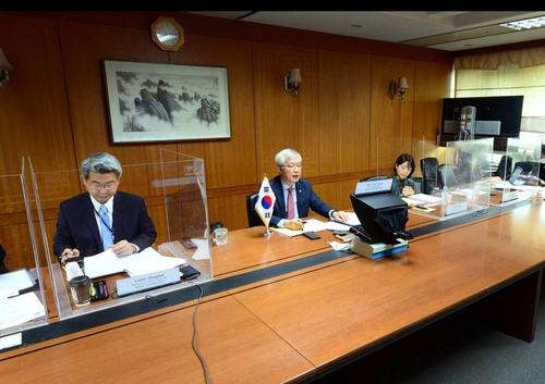 10月14日,在外交部,外交部第二次官(副部长)李泰镐(居中)在第五次韩美战略经济对话(SED)视频会议上发言。 韩联社/外交部供图(图片严禁转载复制)