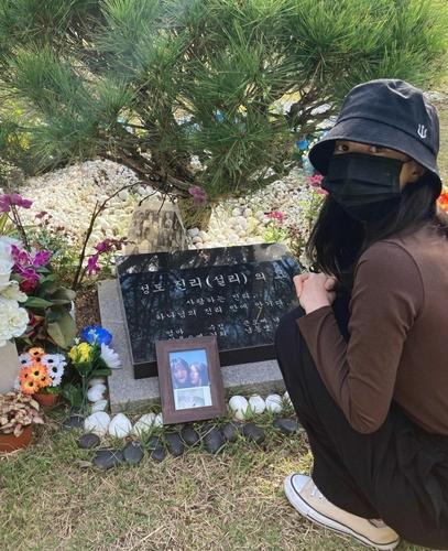 演员金善儿到墓前悼念故人。 金善儿照片墙截图(图片严禁转载复制)