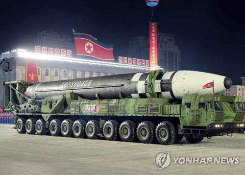 资料图片:10月10日,朝鲜在劳动党成立75周年阅兵式上公开新型洲际弹道导弹。 韩联社/《劳动新闻》(图片仅限韩国国内使用,严禁转载复制)
