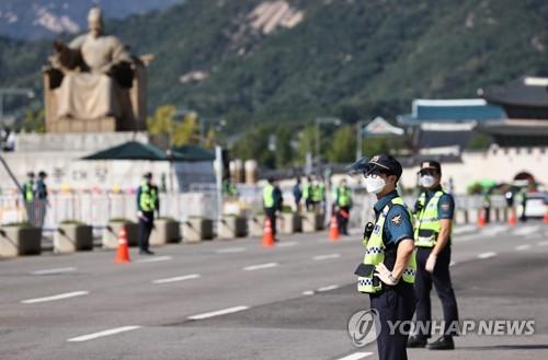 资料图片:10月9日,在首尔光化门广场,警察严阵以待。 韩联社