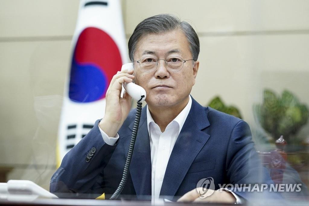 10月20日,在青瓦台,韩国总统文在寅同意大利总理孔特通电话。 韩联社/青瓦台供图(图片严禁转载复制)