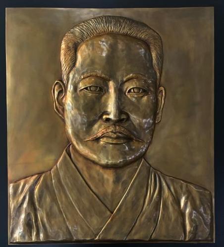 宋慧乔向海林市中韩友谊公园捐赠金佐镇将军浮雕作品