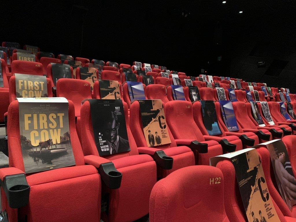 资料图片:10月20日,在釜山电影殿堂一放映厅,靠背上贴海报以便隔座观影。 韩联社