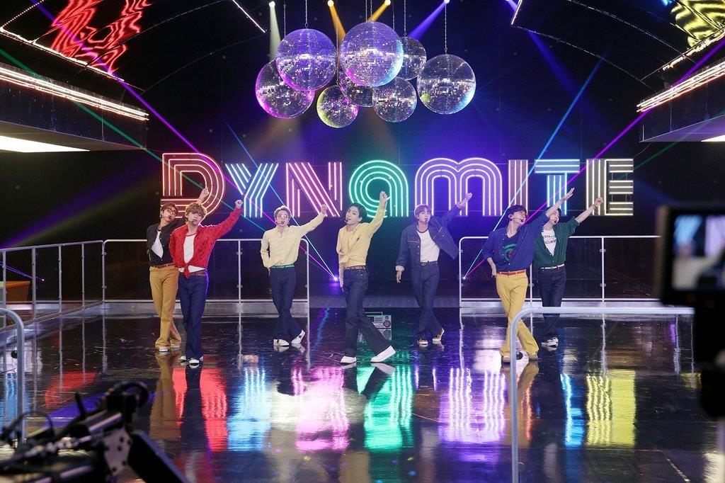 资料图片:防弹少年团《Dynamite》现场 韩联社/Big Hit娱乐供图(图片严禁转载复制)