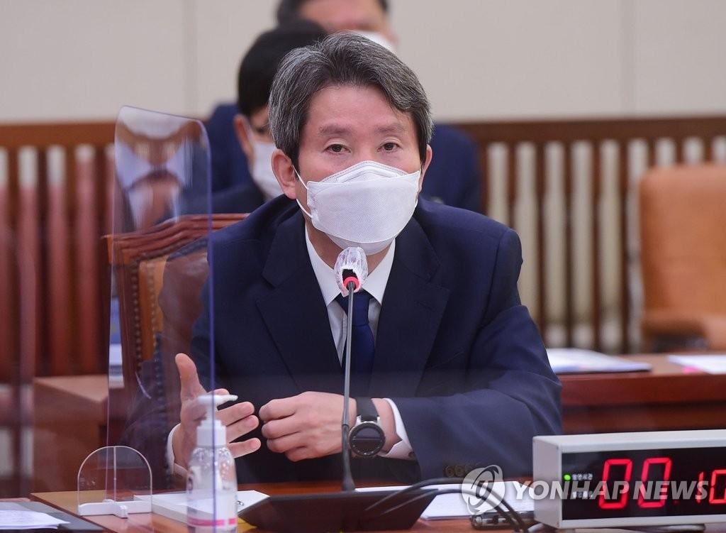 资料图片:韩国统一部长官李仁荣 韩联社
