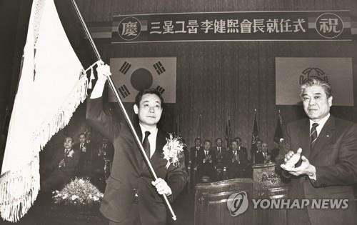 资料图片:1987年,李健熙(左)出席三星集团会长就任仪式。 韩联社