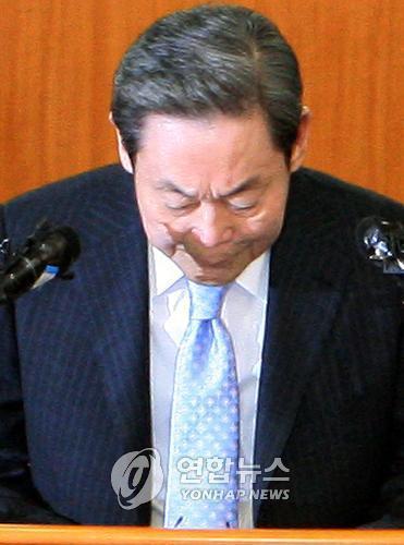 资料图片:2008年4月22日,在位于首尔太平路的三星办公楼,李健熙开记者会就独检组调查结果表态。