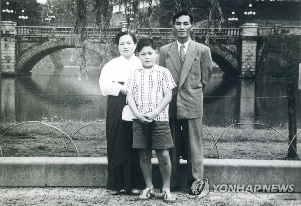 10月25日,三星集团会长李健熙因病去世,享年78岁。图为李健熙儿时与父母的合照。 韩联社/三星电子供图(图片严禁转载复制)