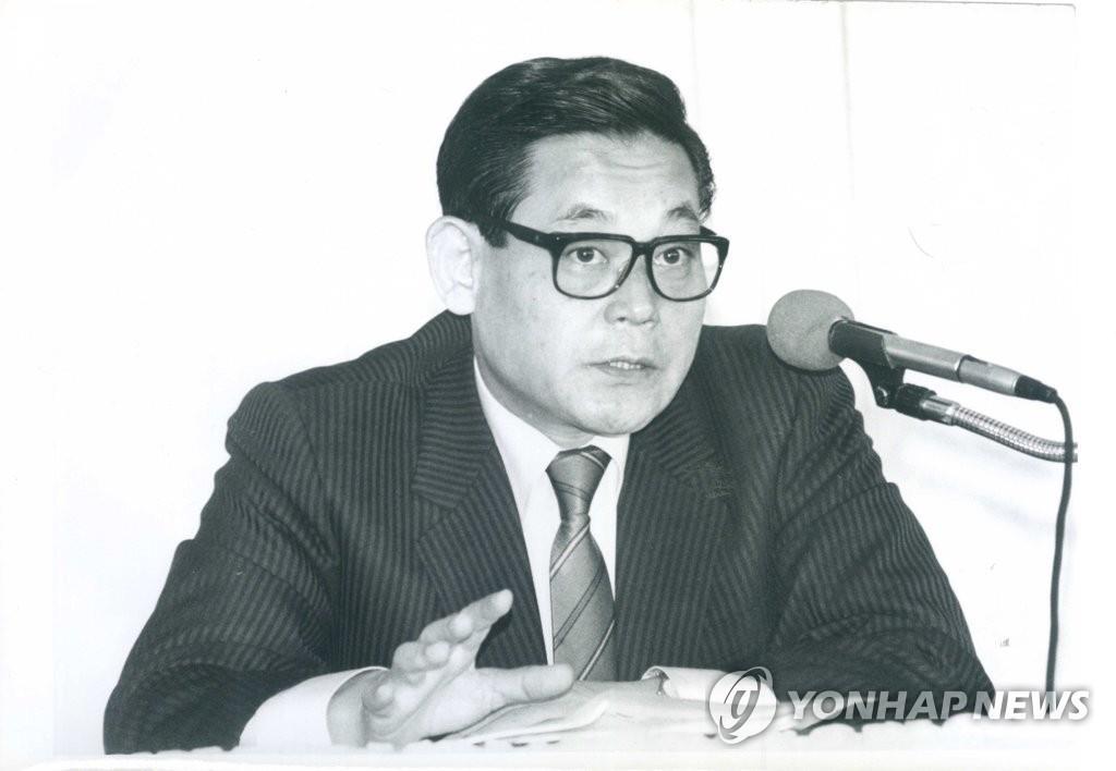 10月25日,三星集团会长李健熙因病去世,享年78岁。图为李健熙1988年出席研讨会的老照片。 韩联社/三星电子供图(图片严禁转载复制)