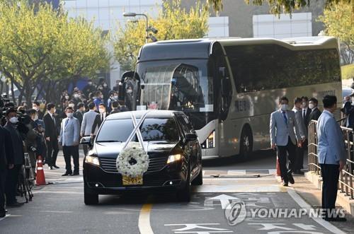 10月28日上午,已故三星集团会长李健熙的出殡仪式在三星首尔医院举行。图为灵车驶离殡仪馆。 韩联社/联合摄影团