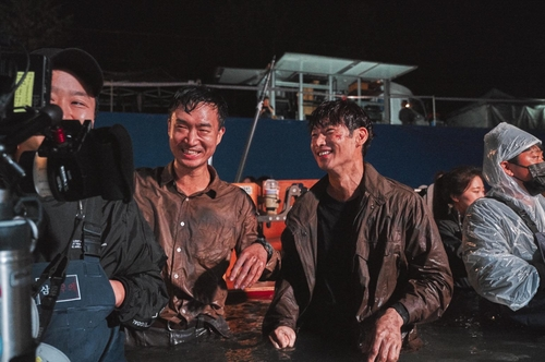 片场里的赵宇镇(左二)和李帝勋(左三) CJ娱乐供图(图片严禁转载复制)