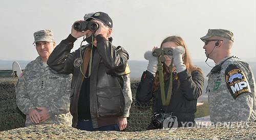 资料图片:乔·拜登2013年到访朝韩非军事区。 韩联社