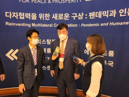11月6日,中国驻韩大使邢海明(中)出席第15届济州论坛并接受记者采访。 韩联社