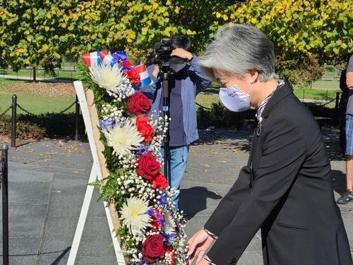 当地时间11月8日,在华盛顿韩国战争参战纪念公园,康京和向美军烈士献花。 韩联社