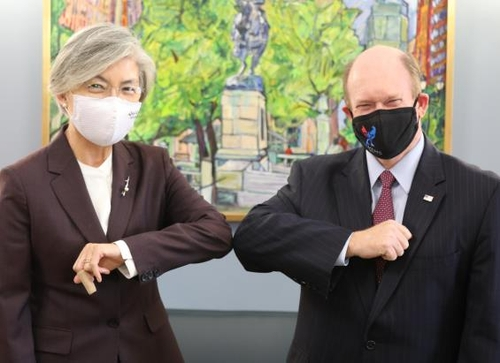 当地时间11月10日,康京和(左)会见美国民主党参议员克里斯·孔斯。 韩联社/外交部供图(图片严禁转载复制)
