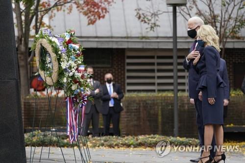 拜登向韩战纪念碑献花 意在强化同盟