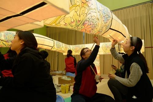 资料图片:人们绘制燃灯会彩灯。 文化财厅供图(图片严禁转载复制)