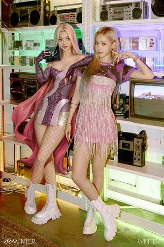 资料图片:成员WINTER和她的化身 SM娱乐供图(图片严禁转载复制)