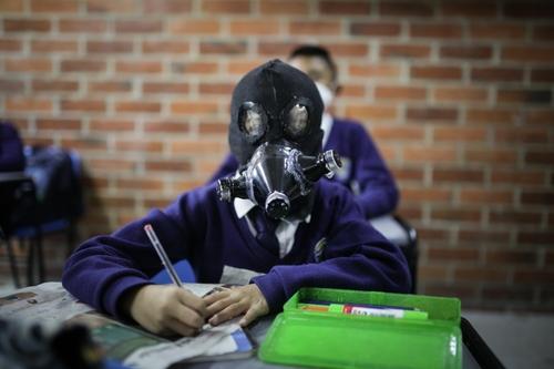 哥伦比亚一所学校的学生带着自制面具上课。 土耳其阿纳多卢通讯社记者Juancho Torres(图片严禁转载复制)