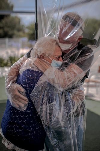 在西班牙一家疗养院团聚的一对母子紧紧相拥。 西班牙埃菲通讯社记者Biel Alino(图片严禁转载复制)