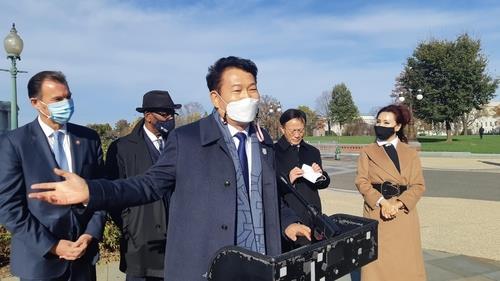 资料图片:当地时间11月19日,在华盛顿,韩国共同民主党韩半岛工作组所属议员宋永吉就美国众议院通过关于加强韩美同盟关系的决议案一事发言。 韩联社