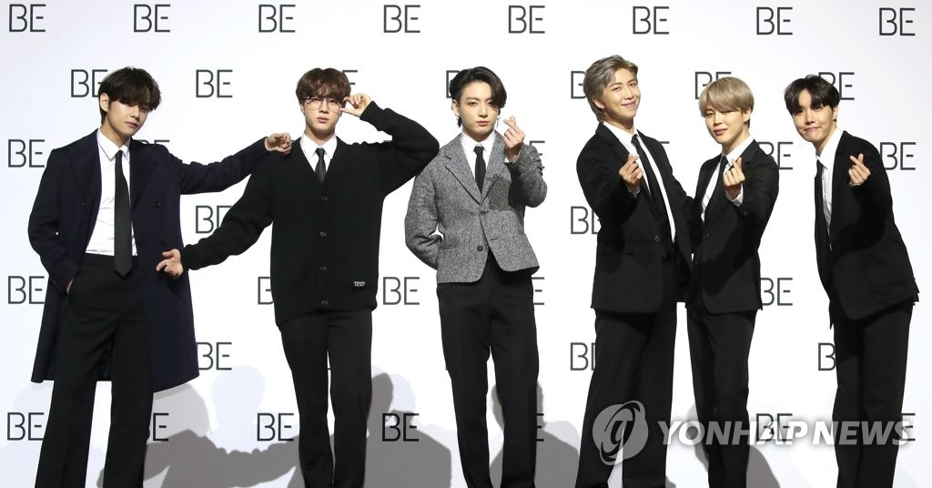 11月20日,在首尔东大门设计广场,防弹少年团(BTS)举行新专辑《BE》(Deluxe Edition)全球记者会。图为成员们摆造型供媒体拍照。 韩联社