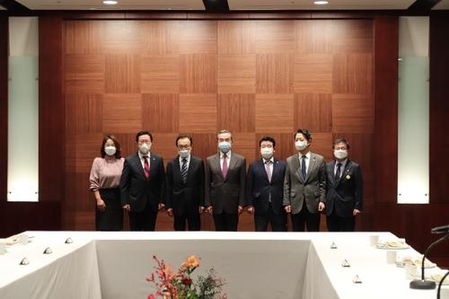 韩执政党前党首李海瓒与王毅共进晚餐