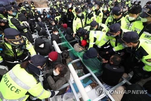 韩军向萨德基地运物资计划因居民抵制未成