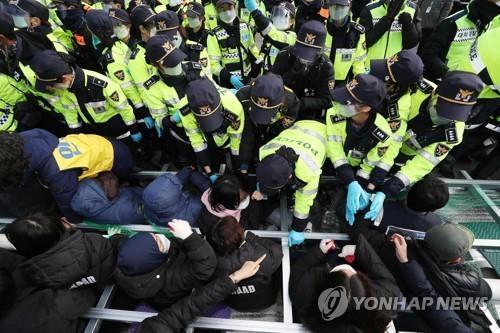 11月27日,在星州,居民和警察对峙。 韩联社