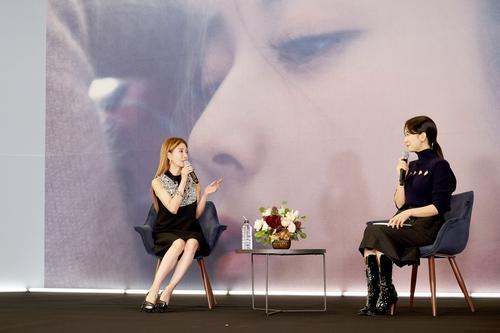 宝儿(左)亮相出道20周年专辑发布会。 SM娱乐供图(图片严禁转载复制)