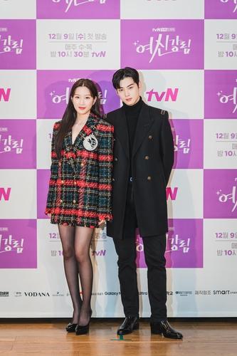 12月2日,演员文佳煐(左)和车银优出席tvN新剧《女神降临》制作发布会。 韩联社/tvN供图(图片严禁转载复制)