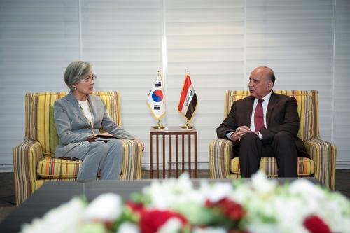 当地时间12月4日,在巴林,韩国外交部长官康京和(左)同伊拉克外交部长福阿德·侯赛因举行会谈。 韩联社/韩国外交部供图(图片严禁转载复制)