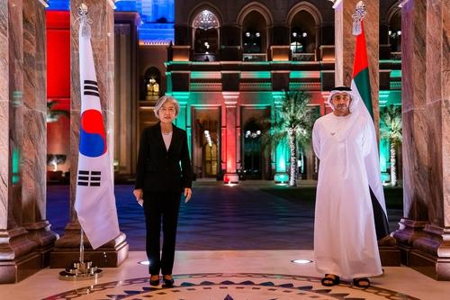 12月5日,韩国外交部长官康京和(左)在阿联酋会见阿联酋外交大臣谢赫·阿卜杜拉·本·扎耶德·纳纳扬。 韩联社/韩国外交部供图(图片严禁转载复制)
