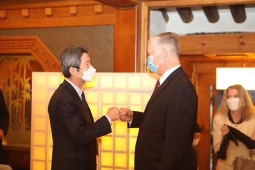 韩统一部长官李仁荣会见美国副国务卿比根