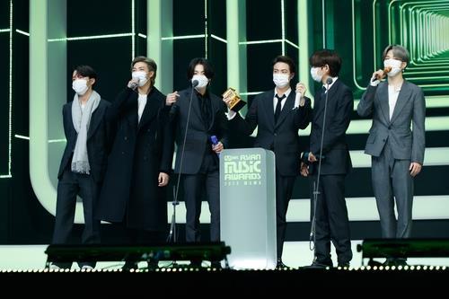 """资料图片:12月6日,在""""2020Mnet亚洲音乐大奖颁奖礼""""(MAMA)防弹少年团发表获奖感言。 韩联社/Mnet供图(图片严禁转载复制)"""