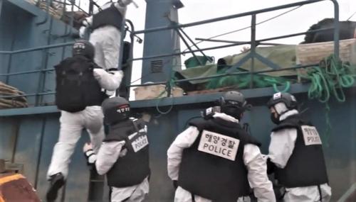 资料图片:12月11日,韩国海警登上涉事中国渔船。 木浦海警供图(图片严禁转载复制)