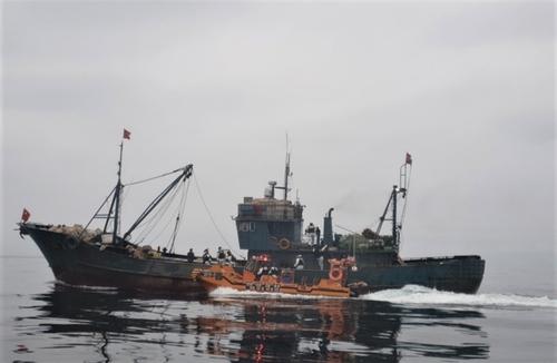 韩海警扣押一艘非法捕捞的中国渔船